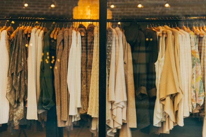 одежда в витрине магазина