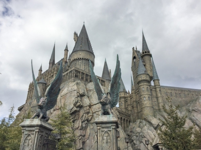 (Видео) Парень лёгким движением руки создаёт за окном мир Гарри Поттера. И это завораживает!