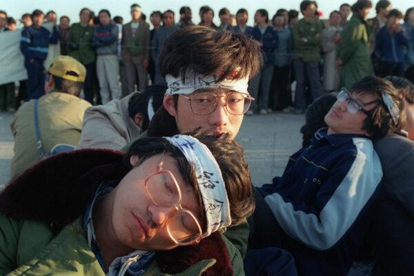 Голодовка студентов Пекинского университета. Несколько сотен студентов начинают бессрочную голодовку в рамках массового продемократического движения против китайского правительства на площади Тяньаньмэнь 14 мая 1989 года