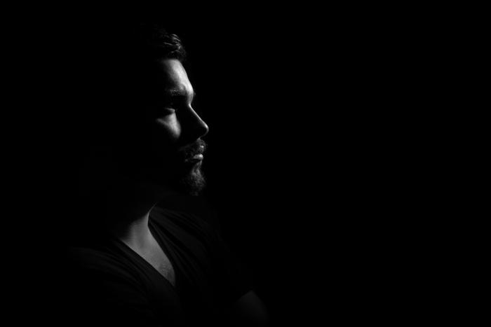 мужчина во тьме