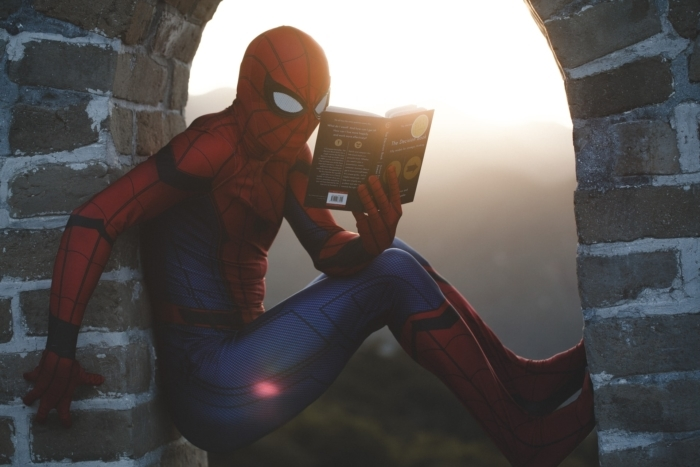 человек-паук читает