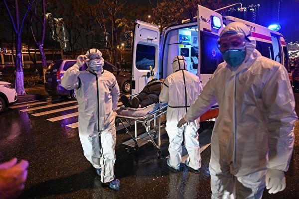 Медицинский персонал в защитной одежде привёз пациента в Госпиталь Красного Креста в городе Ухань