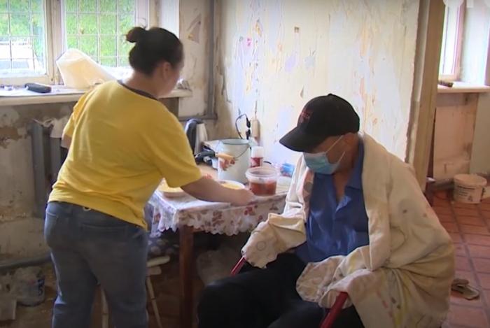 (Видео) Уборщица из Челябинска организовала приют для бездомных инвалидов. Своими силами