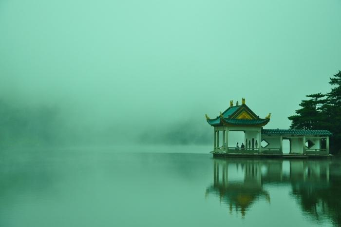 китайский павильон на озере в тумане