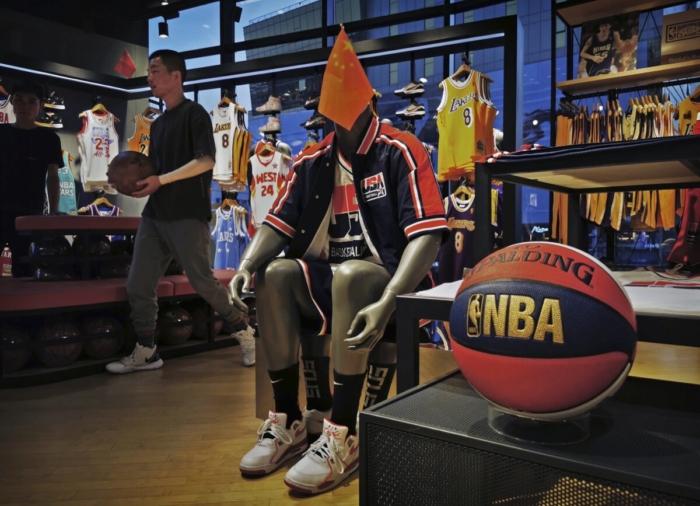 В розничном магазине NBA на манекене в баскетбольной униформе США установлен китайский флаг, Пекин, 9 октября 2019 года