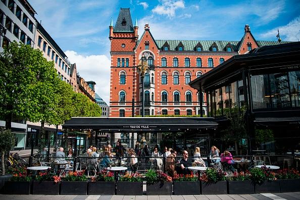 Люди сидят в одном из ресторанов Стокгольма во время пандемии COVID-19