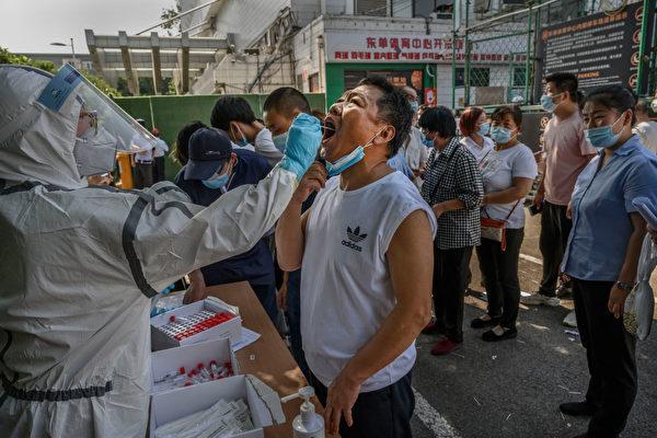 тест на COVID-19 посетителей рынка «Синьфади» в Пекине.