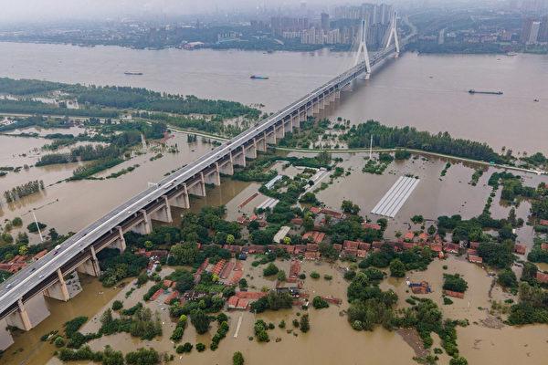 Затопленный остров Тяньсин, на реке Янцзы в городе Ухань