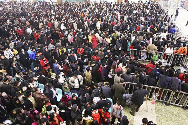 Пассажиры на железнодорожном вокзале Ханькоу, Ухань