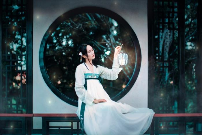 китаянка с фонариком