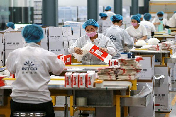 Рабочие изготавливают медицинские перчатки на фабрике в Китае