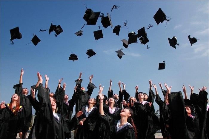 школьники подбрасывают в воздух шляпы