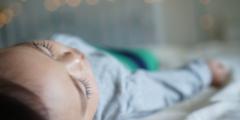 Из-за редкого заболевания закостеневает тело британской девочки