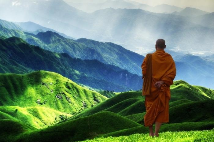 Жители деревни не доверяли сумасшедшему монаху. Чтобы спасти их от надвигающейся беды, ему пришлось их разозлить!