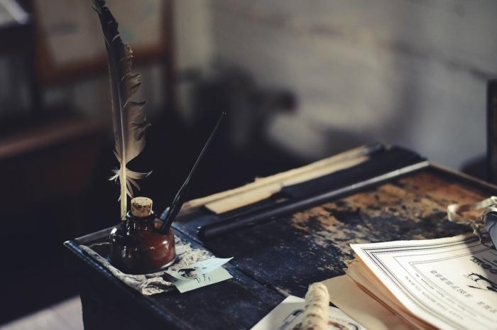 Чернильница на столе.