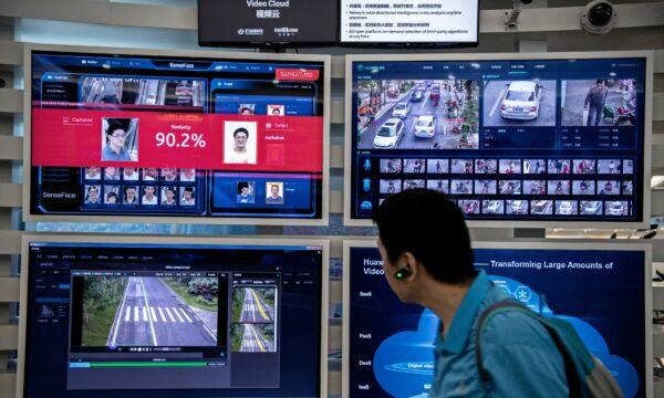 На мониторах в кампусе компании Huawei показана система распознавания лиц и искусственного интеллекта, Шэньчжэнь, Китай, 26 апреля 2019 года