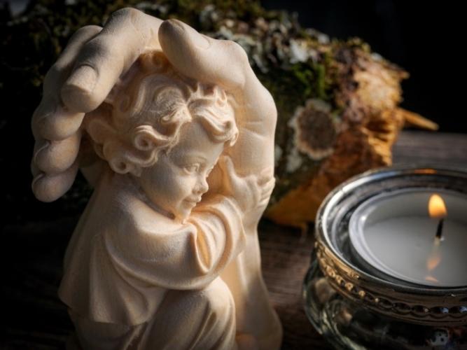 статуэтка — рука, гладящая ребёнка по голове