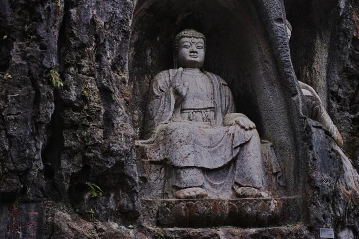 Статуя Будды на горной вершине Фэйлайфэн.