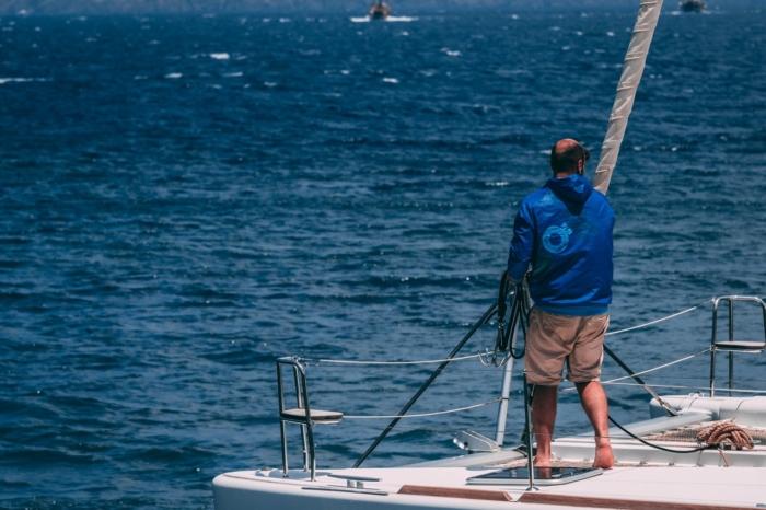 Пандемия застала мужчину вдали от дома. Он не растерялся и отправился к семье на лодке. Один. Через океан
