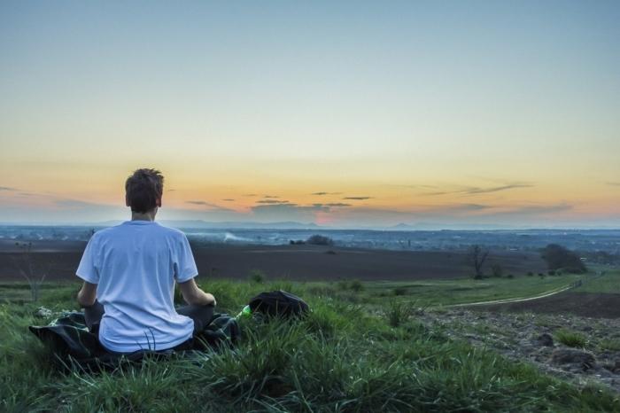медитирующий парень