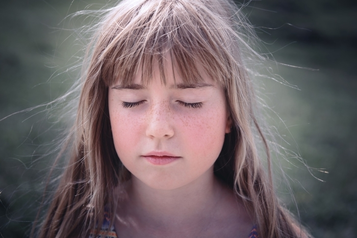 Девочка с закрытыми глазами