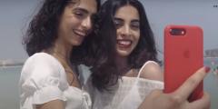 Две девушки из разных стран так похожи, что их принимают за сестёр. Они встретились и начали проверять родословные