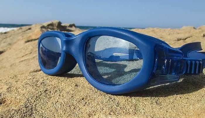 Кот начал таскать домой детские плавательные очки. А хозяйке пришлось искать, кому их вернуть!