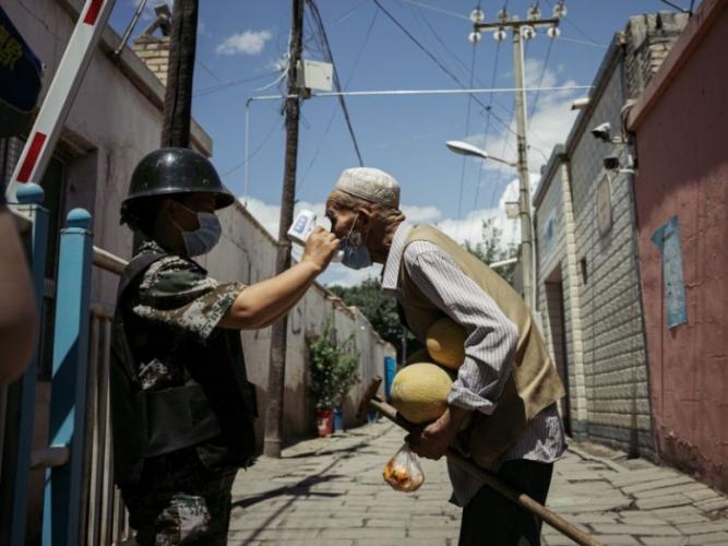 Принудительному кормлению лекарствами и строгому карантину подвергают жителей Синьцзяна. Люди в отчаянии