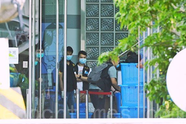 полиция в Гонконге вывозит «улики» из здания Apple Daily.