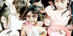 Повар бесплатно кормил 5000 бездомных детей в своём ресторане, пока заведение не сгорело. Но добро вернулось к мужчине бумерангом!