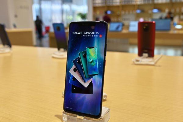 Смартфон Huawei Mate 20 Pro в магазине Huawei в Шанхае