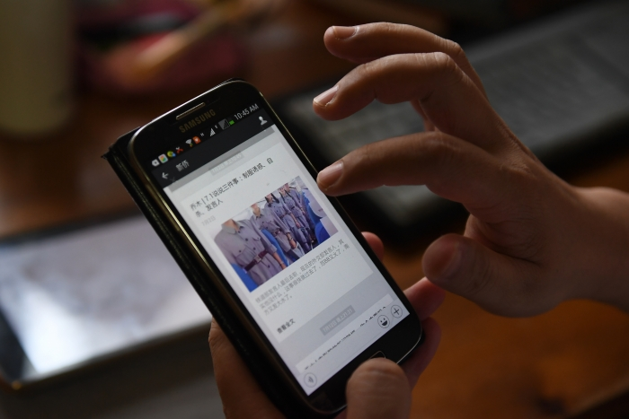 Сообщение в китайской социальной сети на экране мобильного телефона