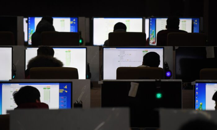 Студенты сдают экзамен в компьютерном классе технического училища в Китае