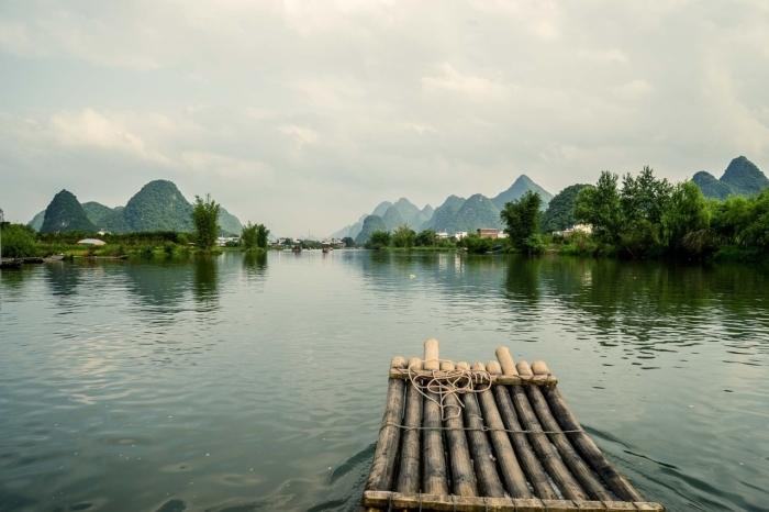 плот на реке в Китае