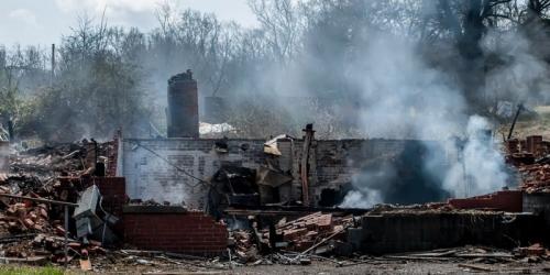 (Видео) Через неделю после пожара мужчина пришёл посмотреть на пепелище и столкнулся с уже оплаканным членом семьи!