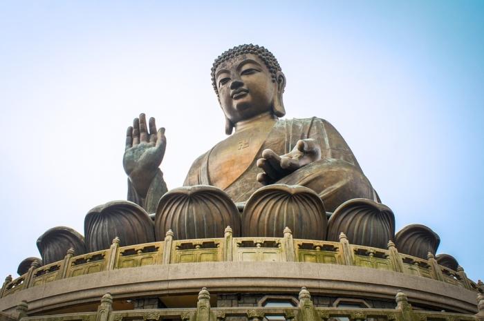 Большая бронзовая статуя Будды в Гонконге
