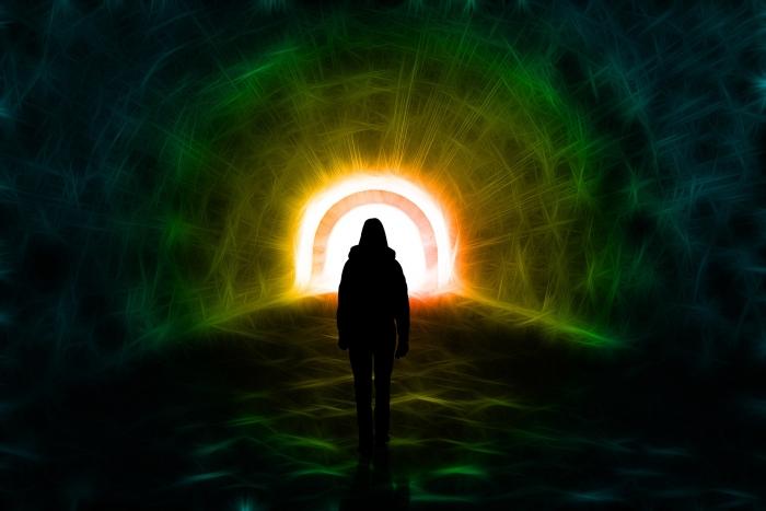 девушка входит в туннель