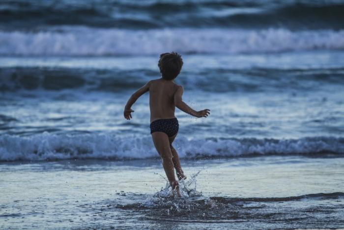 10-летний мальчуган выжил в открытом море благодаря совету из фильма!
