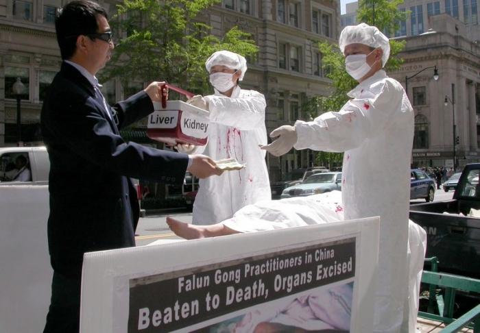 Практикующие Фалуньгун демонстрируют сцену извлечения органов у своих единомышленников в Китае
