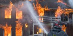 (Видео) Мужчина бросился в горящий дом ради собаки. Очевидцы думали, что больше его не увидят живым