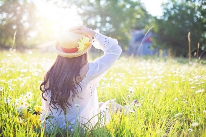 Девушка сидит на лужайке