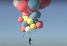 (Видео) Взлететь высоко-высоко на воздушных шариках! 10 лет понадобилось фокуснику, чтобы осуществить всеобщую детскую мечту