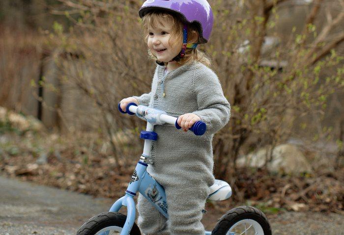 (Видео) Байкера раздражал маленький велосипедист возле его гаража, и он принял неожиданные меры