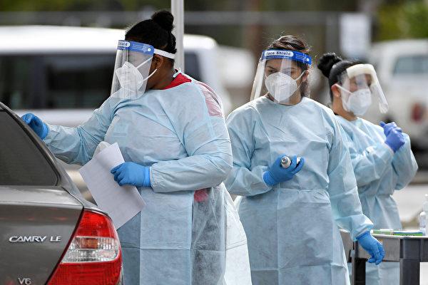 Медицинские помощники проводят тесты на COVID-19 на парковке Университета Невады в Лас-Вегасе