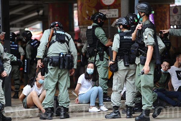 Полиция арестовала граждан, которые вышли на улицы, чтобы выразить протест против закона о национальной безопасности, Гонконг, 1 июля 2020 года