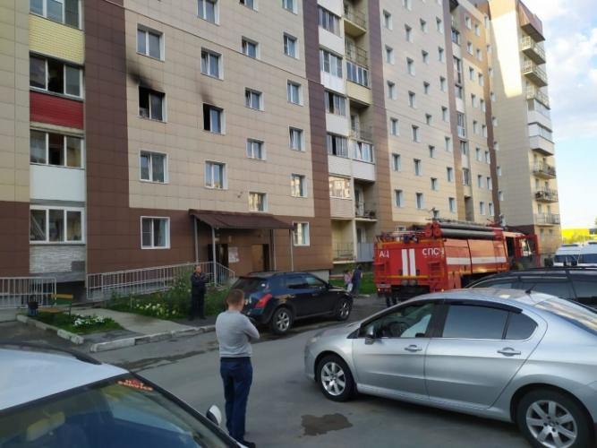 (Видео) Мать сбросила с 3-го этажа двух маленьких детей, чтобы спасти их от пожара