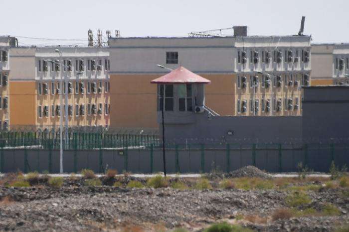 Здание Центра обучения профессионально-техническим навыкам Artux City, который считается лагерем перевоспитания, в котором содержатся в основном мусульманские этнические меньшинства, к северу от Кашгара, Синьцзян, 2 июня 2019 года