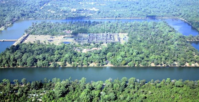 Вид на храмовый комплекс Ангкор-Ват с воздуха