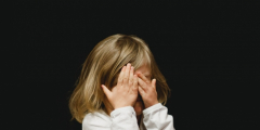 (Видео) 3-летнюю девочку потрясло открытие, что она не сможет выйти замуж за папу! Жизнь так несправедлива))