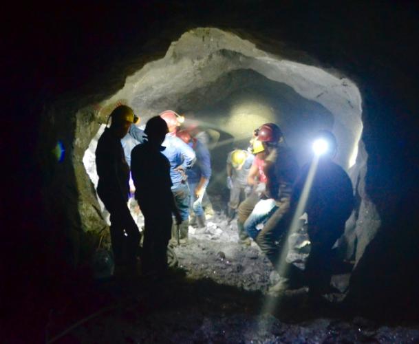 Африканские горняки ищут танзанит под горой Килиманджаро